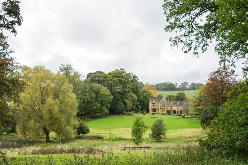Mangårdsbyggnad och jordning på övreslakt royaltyfria foton