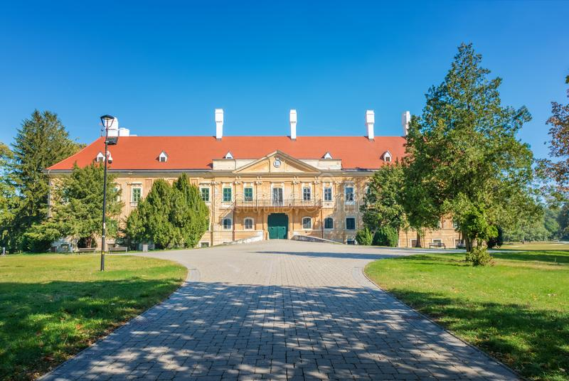Mangårdsbyggnaden från det 17th århundradet parkerar in i Malacky Slovakien arkivfoto