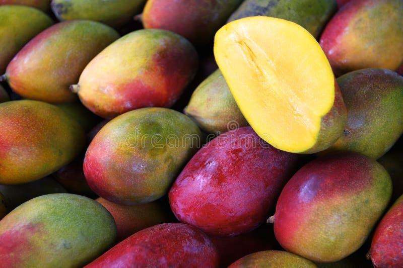 Manga coloridas frescas no mercado de fruto exterior imagem de stock