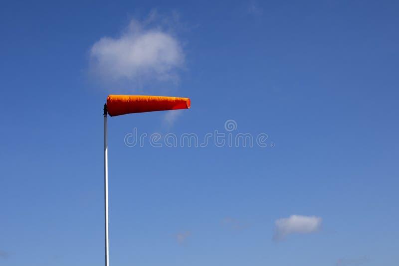 Manga de viento del campo de aviación imagenes de archivo
