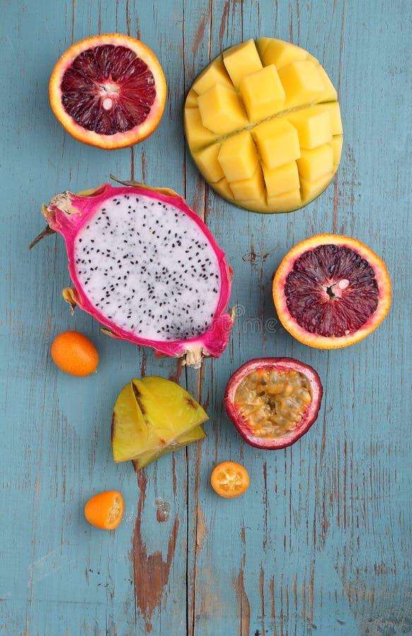 Manga exótica dos frutos, fruto de paixão, carambola, laranja, kumquat, fruto do dragão foto de stock