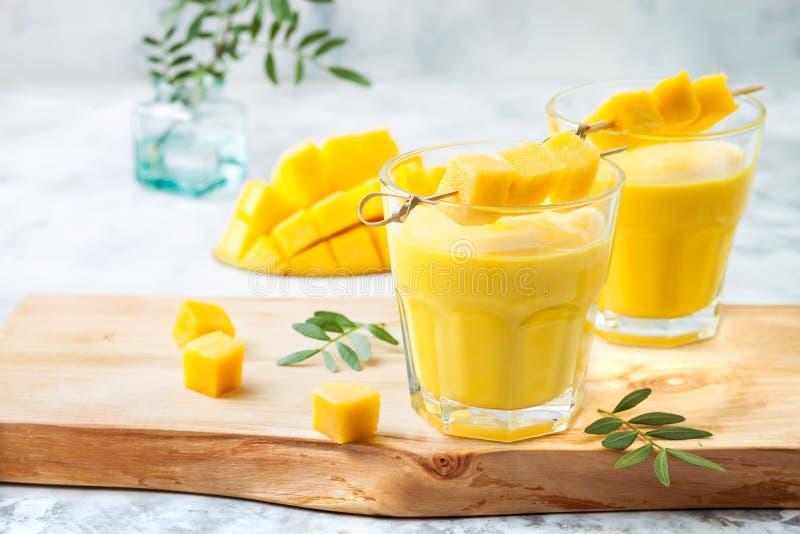 Manga Lassi, iogurte ou batido com cúrcuma Bebida fria indiana probiótico saudável do verão foto de stock