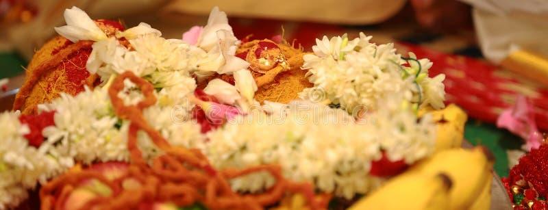 mangal sutra med blommor i södra asiatiska traditioner och ritualer för bröllopceremoni arkivfoto