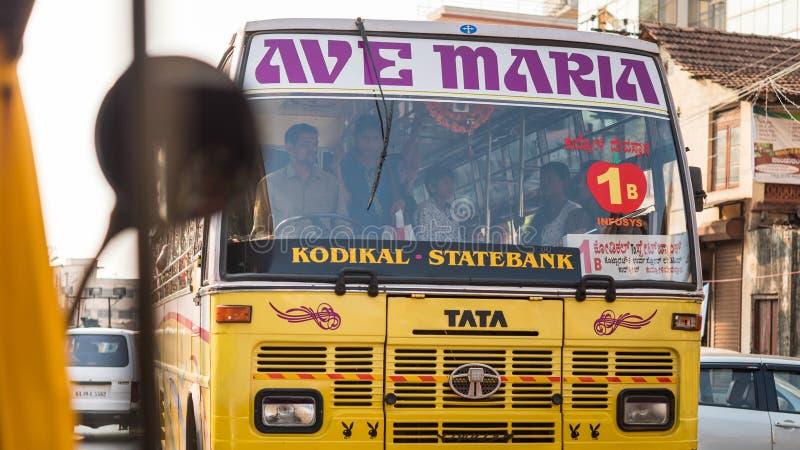 Mangalore, Karnataka / Inde : un bus public d'Indian Tata Motors décoré de l'inscription 'Ave Maria' et des logos de Playboy photographie stock