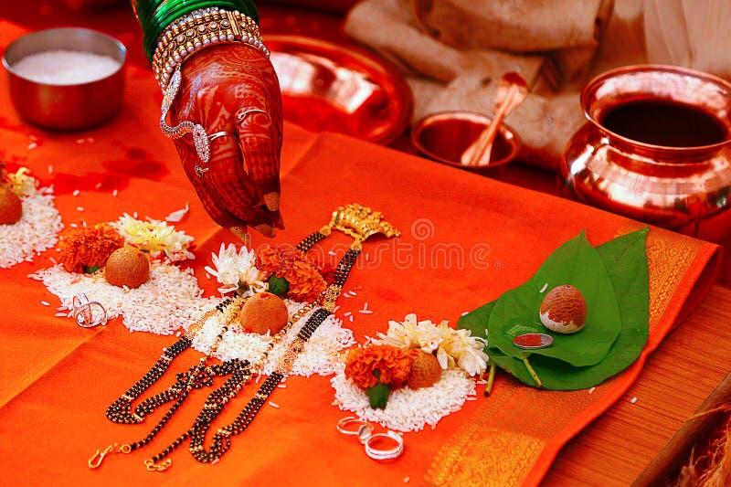 Mangalsutra poojan Indisch symbool van Hindoes huwelijk stock foto's
