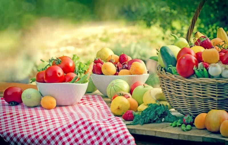 Mangeant de la nourriture saine - alimentation saine avec les fruits et légumes organiques photos libres de droits