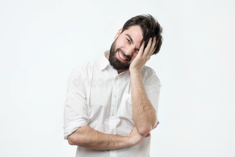 Mangel an Vertrauen Schüchterner junger hispanischer Mann lizenzfreie stockbilder