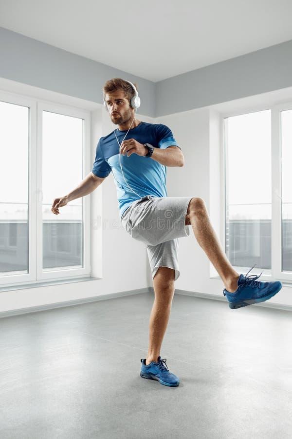 Mangenomkörareövningar Manlig modell Exercising Indoors för kondition royaltyfria bilder