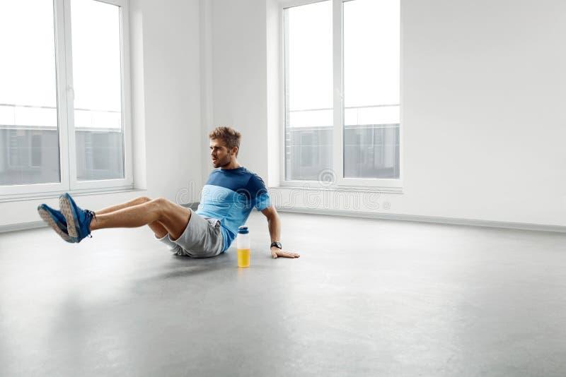 Mangenomkörareövningar Manlig modell Exercising Indoors för kondition arkivfoton