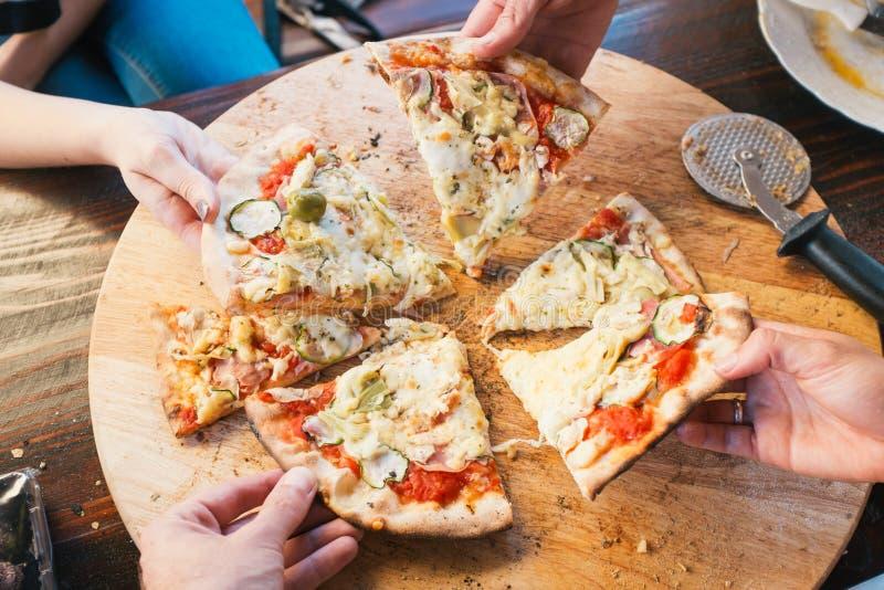Manger de la pizza images stock