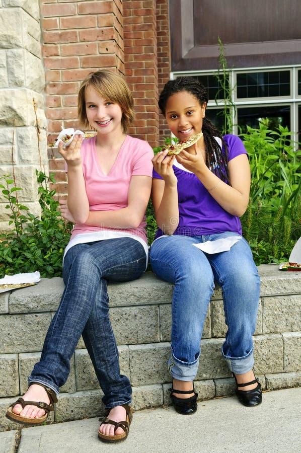 manger de la pizza de filles photo libre de droits