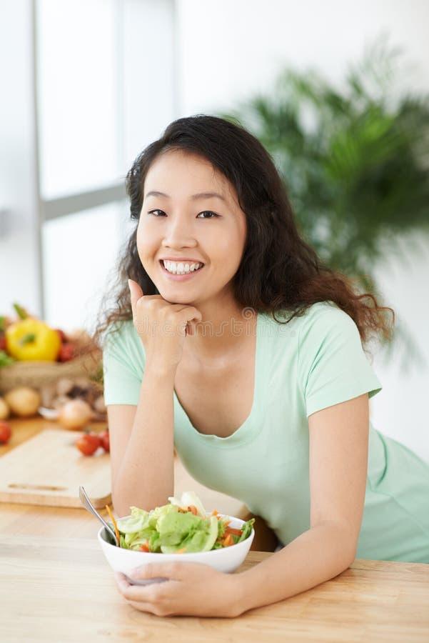 Manger de la salade photos stock