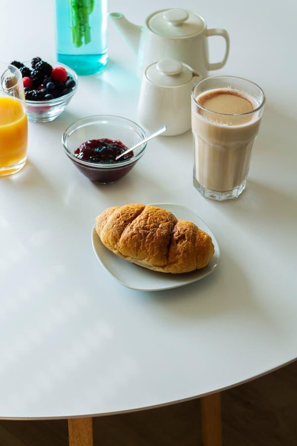 Manger du café de croissant de café photo stock