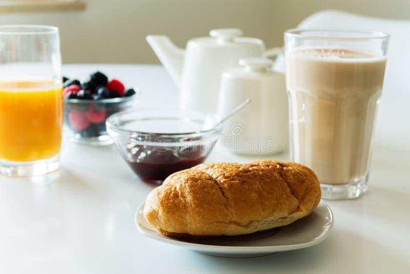 Manger du café de croissant de café photographie stock libre de droits