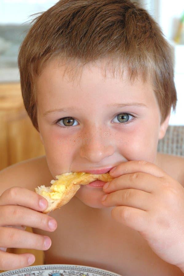 Download Manger du pain grillé image stock. Image du breakfast, nourriture - 52153