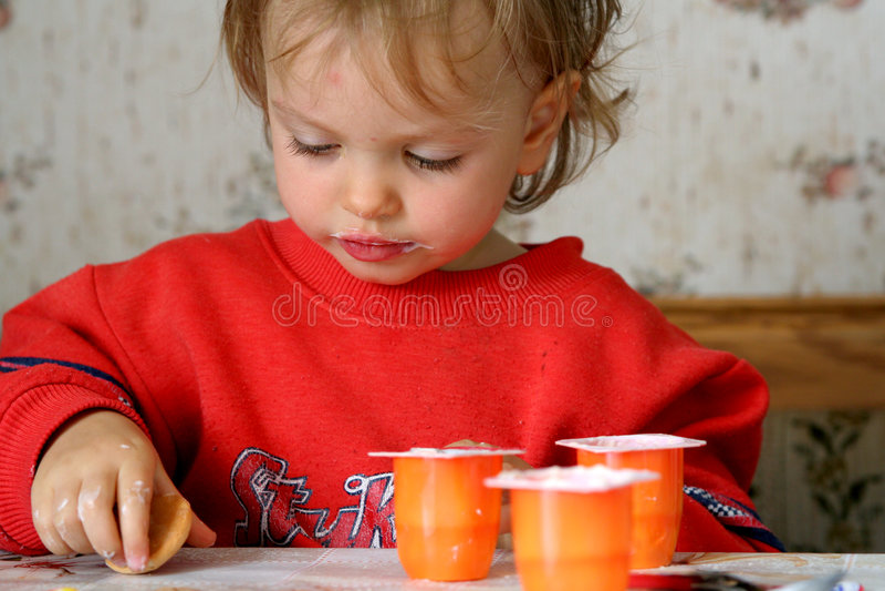 Manger Du Yaourt Photographie stock libre de droits