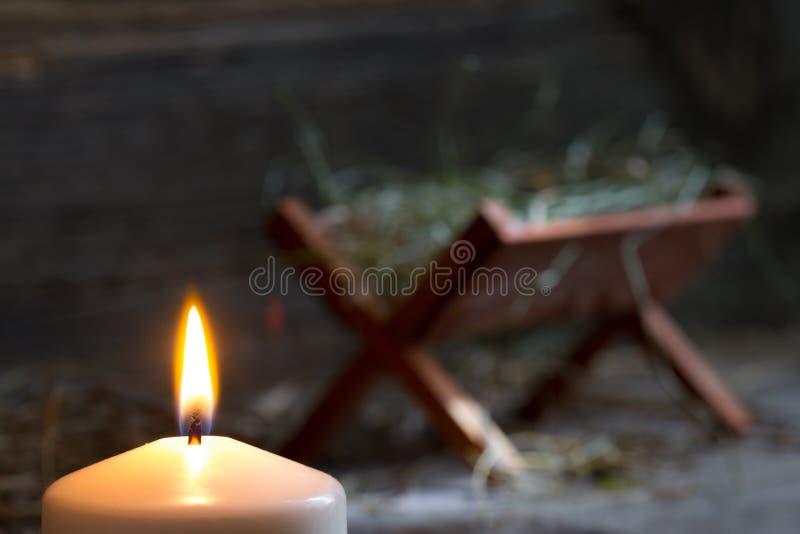 Manger Gesù e luce di speranza sottrae il simbolo di natale fotografia stock