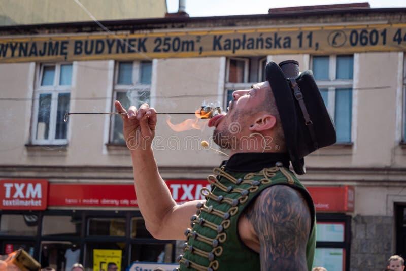 Mangeur de feu sur le festival de rue d'UFO - réunion internationale des interprètes et des acteurs de rue photo libre de droits