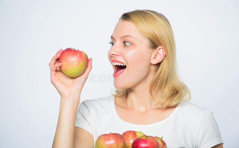 Mangez de la nourriture saine Dents sensibles Régime de vitamine nature Agriculture de la vie verte Nourriture saine Femme heureu photos stock