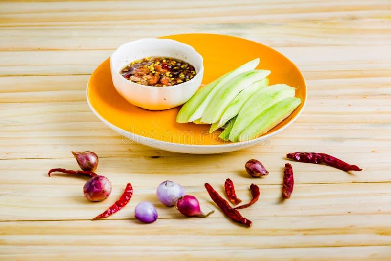 Manghi freschi e salsa di pesce dolce fotografia stock