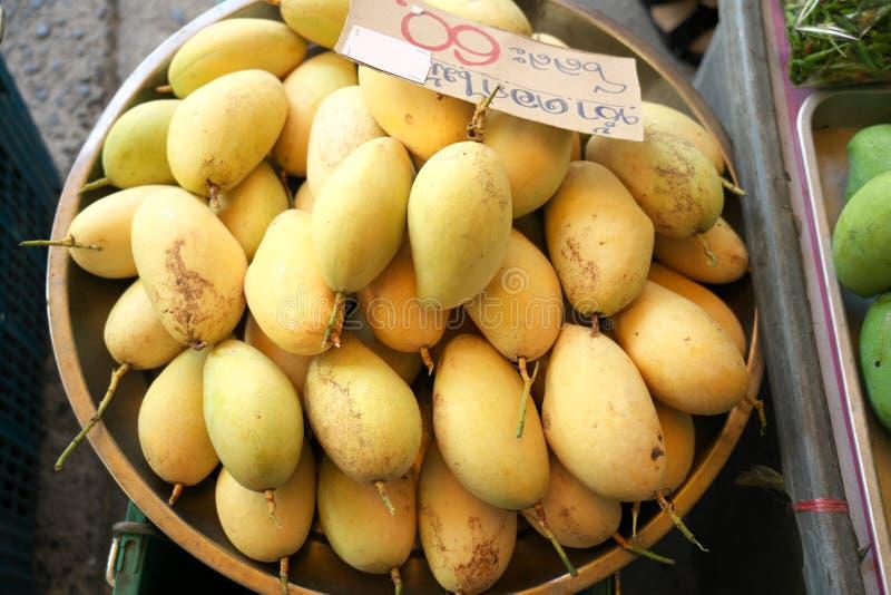 Manghi gialli freschi al mercato aperto a Chachoengsao, Thailandia immagini stock