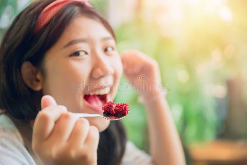 Mangiando il dolce goda di e sorrida gente felice immagine stock