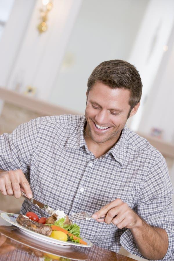 mangiando mealtime sano del pasto dell'uomo insieme immagini stock