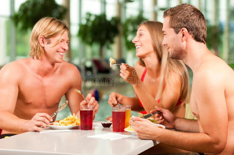 Mangiando nel ristorante alla piscina pubblica fotografie stock libere da diritti