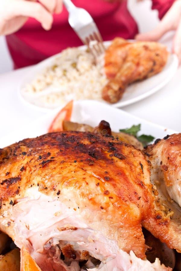Mangiando un piedino di pollo tagliato appena fotografia stock libera da diritti
