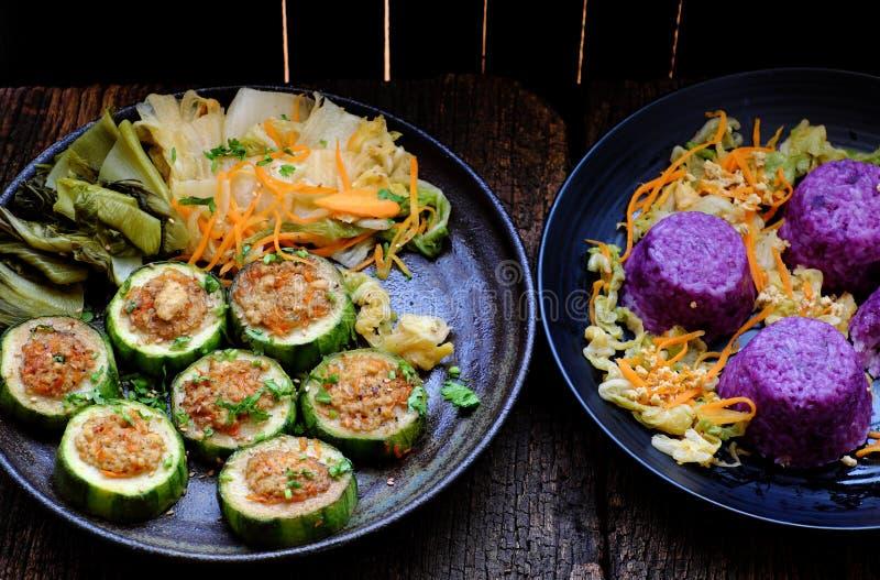 Mangiare vegetariano vietnamita, verdure grigliate, melone invernale con tofu, carota, piatto di riso violetto fotografia stock libera da diritti