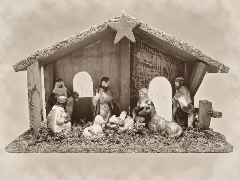 Mangiatoia di scena di natività di Natale con le figurine compreso seppia di Gesù, di Maria, di Joseph, delle pecore e degli stre fotografia stock