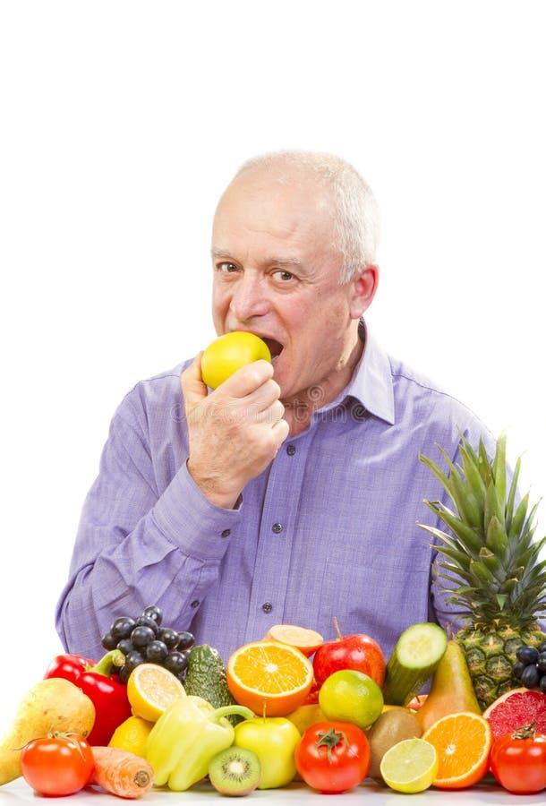 Mangiatore di uomini senior una mela verde immagine stock