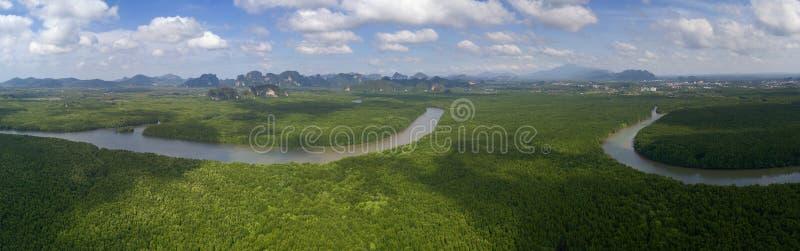 Mangle, estuarios y estrecho en la provincia de Phang Nga, Tailandia fotos de archivo