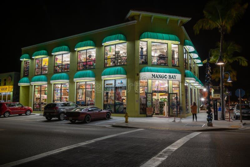Mango Bay Beach en Surf Co. souvenir winkel en winkel op Old San Carlos Blvd & Estero Blvd 's nachts stock foto