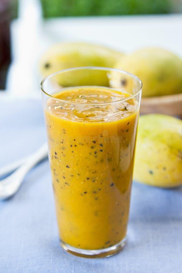 Mango con el smoothie de la fruta de la pasión foto de archivo