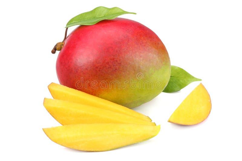 mango con las rebanadas y las hojas del verde aisladas en el fondo blanco Alimento sano fotografía de archivo