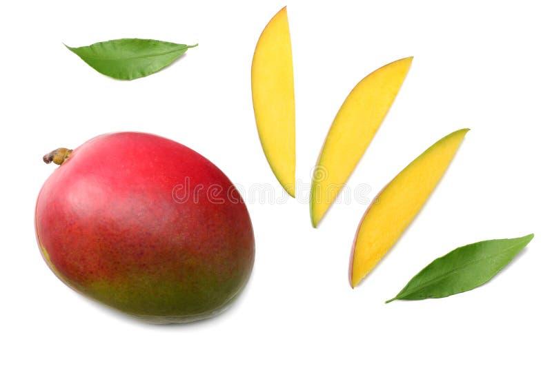 mango con le fette e le foglie verdi isolate su fondo bianco Alimento sano Vista superiore fotografia stock libera da diritti