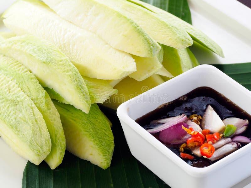 Mango cortado con la inmersión dulce de la salsa de pescados - comida tailandesa popular fotografía de archivo