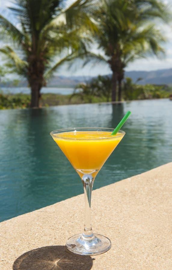 Mango Daiquiri durch das Pool stockfotos
