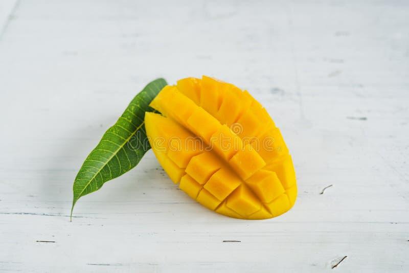 Mango in de mand op Witte houten achtergrond royalty-vrije stock afbeelding