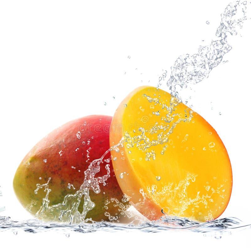 Mango die in water vallen stock afbeeldingen