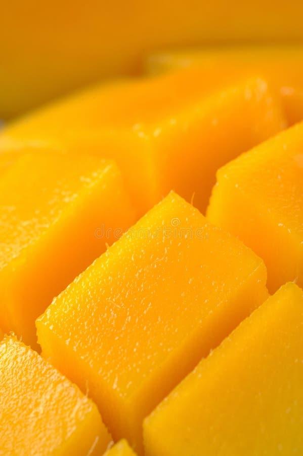 Mango die in zijn huid wordt gesneden en wordt gekubeerd. stock afbeeldingen