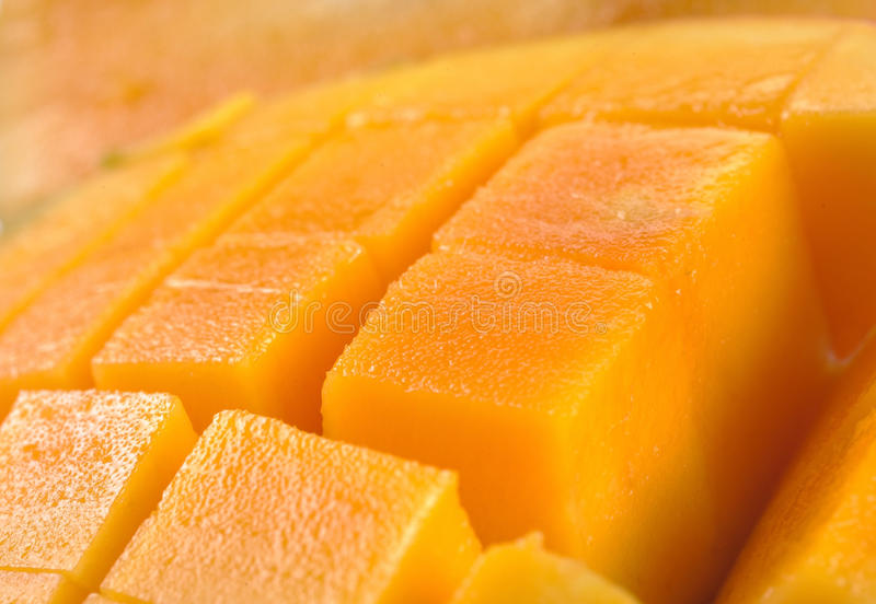 Mango die in zijn huid wordt gesneden en wordt gekubeerd. royalty-vrije stock foto