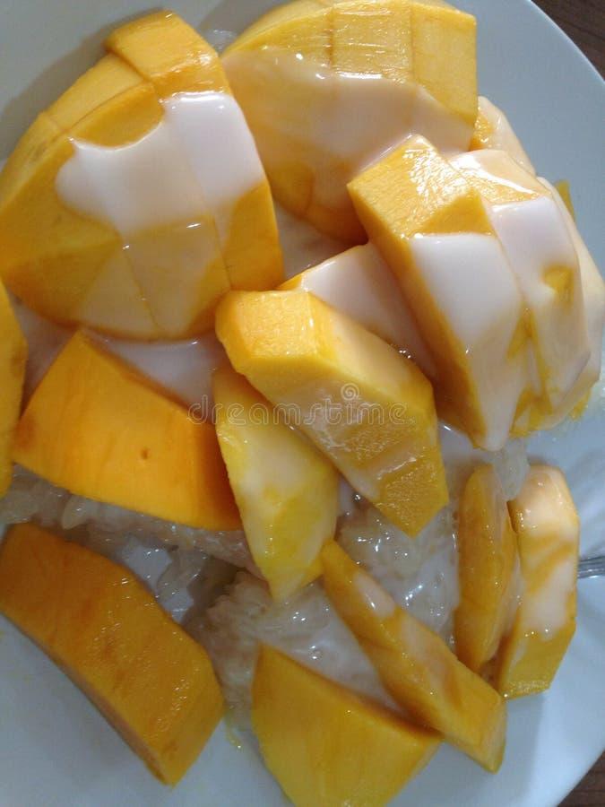 Mango dolce con riso appiccicoso sul piatto bianco immagine stock
