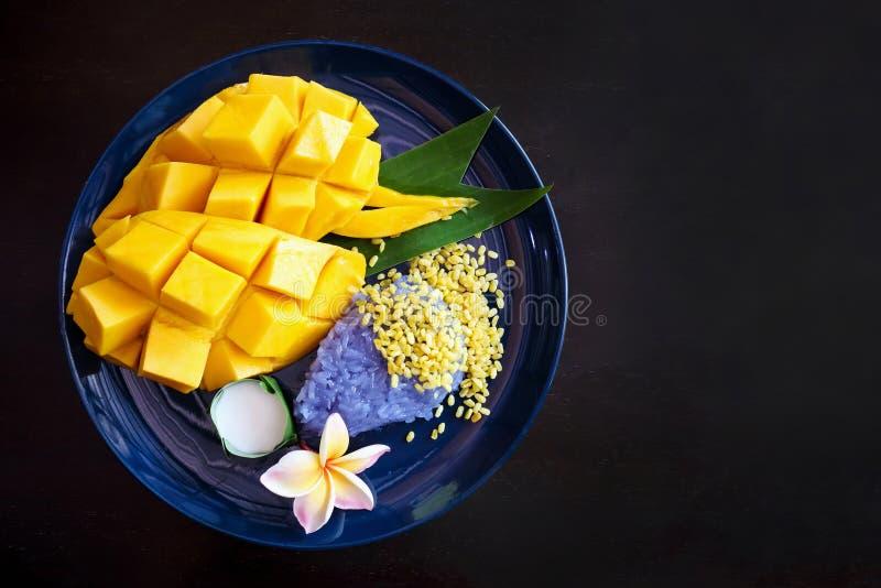 Mango dulce maduro con el arroz pegajoso, postre tailandés fotos de archivo