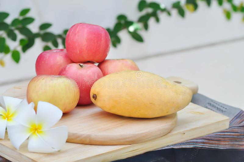 Mango e mela fotografia stock libera da diritti