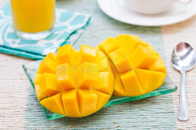 Mango för tropisk frukt för sund frukost ny och orange fruktsaft, kaffe fotografering för bildbyråer
