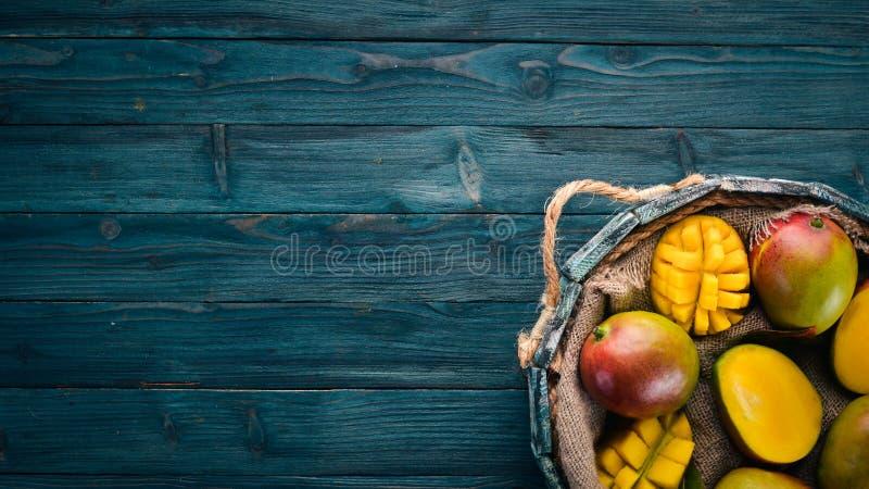 Mango fresco en una caja de madera fotos de archivo libres de regalías