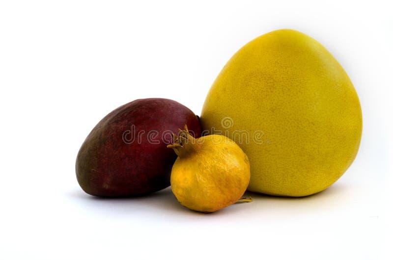 Mango, granaatappel en pompelmoes op witte achtergrond wordt geïsoleerd die royalty-vrije stock afbeelding