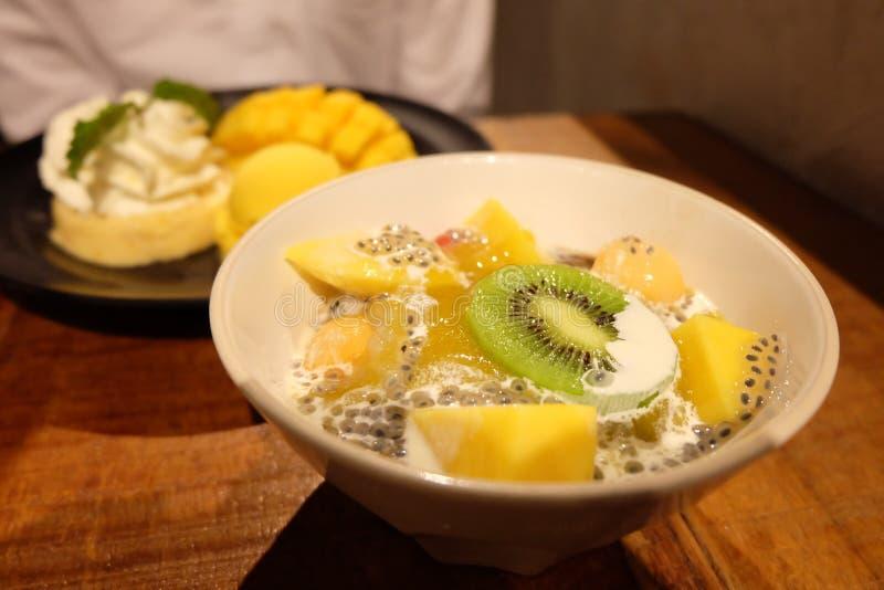 Mango, Kiwi, Samen des süßen Basilikums stockbild